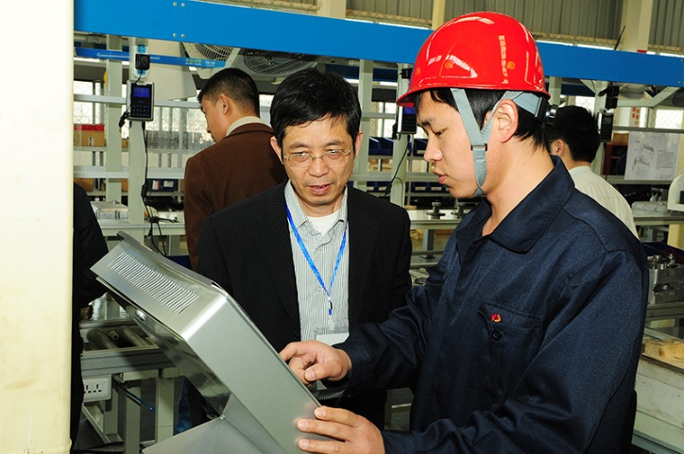 Hoisting machinery union leaders communicate with Weihua Cranes engineer